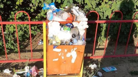 В мусоре на детской площадке обвинили «мамочек»
