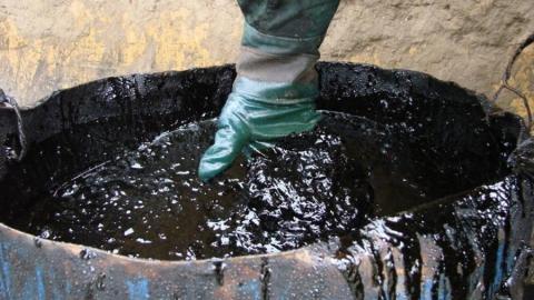 Два саратовских предприятия оштрафовали за пролитый на землю нефтешлам