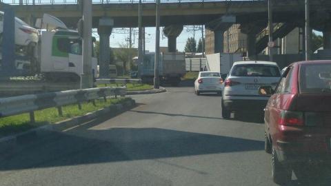 Рефрижератор и легковушка заблокировали автовоз и создали пробки на двух улицах
