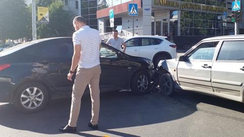 """""""Хендэ"""" и """"Лада"""" не поделили оживленный перекресток в центре Саратова"""