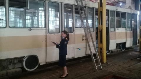 Работник СГЭТ упал с крыши трамвая и повредил голову