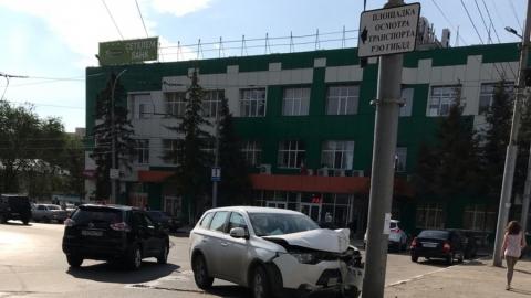 Водитель врезался в столб с табличкой РЭО ГИБДД