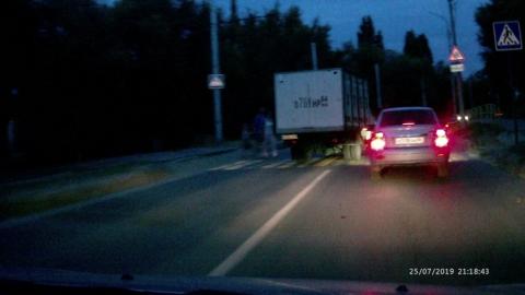 Автохам на хлебном фургоне вылетел на встречку и едва не снес семью с ребенком