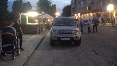 Саратовцы в соцсетях оправдывают перекрывшего тротуар на Набережной автохама