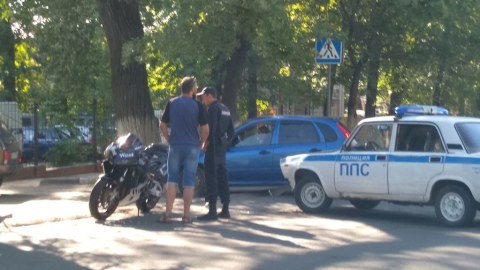 Скутерист столкнулся с машиной патрульно-постовой службы