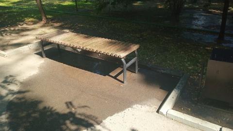Дождевальная система залила несколько скамеек и тротуары в Липках