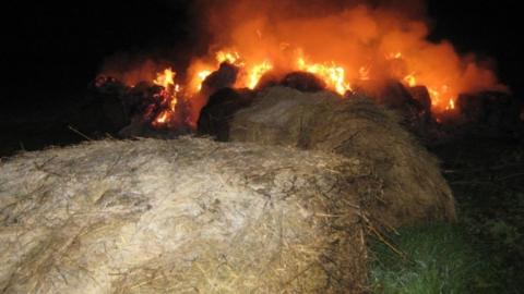 Ночью сгорело восемь тонн сена