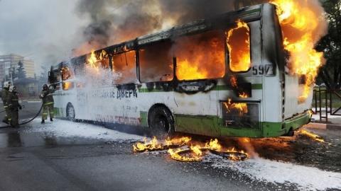 На проспекте 50 лет Октября загорелся автобус. Видео