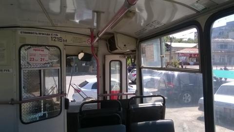 Водители 15-го троллейбуса жалуются на стихийную автостоянку на площади Орджоникидзе