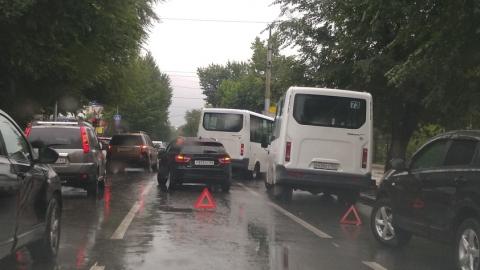 """""""Лада Веста"""" столкнулась с двумя маршрутками"""