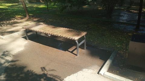 Воду, заливающую скамейки в Липках, пообещали отрегулировать