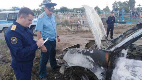 В сгоревшей на кладбище машине обнаружен обугленный труп