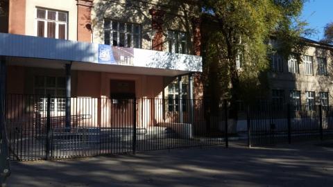 """Двухлетнюю девочку покалечило """"болгаркой"""", упавшей с крыши школы для умственно отсталых детей"""