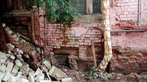 У дома по Сакко и Ванцетти обвалилась стена