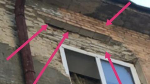 С жилого дома на тротуар падают кирпичи. Фото