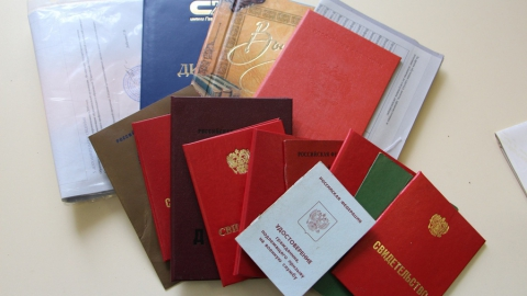 Более 30 комплектов документов нашли в мусоре с начала года