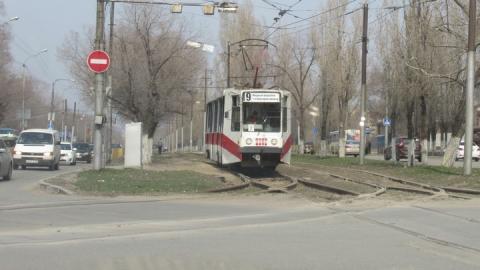 Врачи забрали в больницу упавшую в трамвае женщину