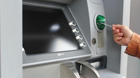Мужчина забрал из банкомата чужие деньги и попал под статью