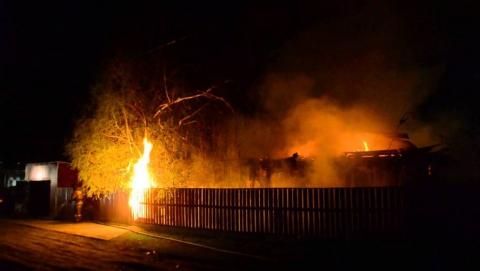 Ночью пожарные тушили частный дом