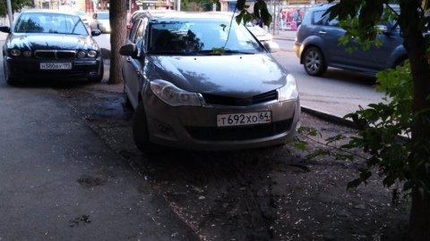 Автохамы оккупировали зеленую зону в центре Саратова