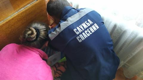 Спасатели вытащили из батареи застрявшую девочку
