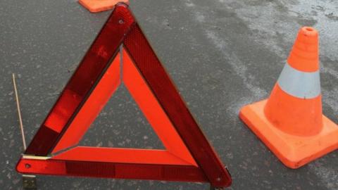 Женщина погибла, ребенок и мужчина-водитель ранены в аварии с цементовозом на трассе