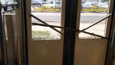 """Вагоновожатый трамвая-""""тройки"""" заблокировал не работающую дверь палкой"""