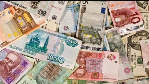 Доллар вырос, а евро упал в выходные