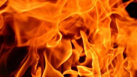 На рассвете в Хвалынске горел заброшенный дом