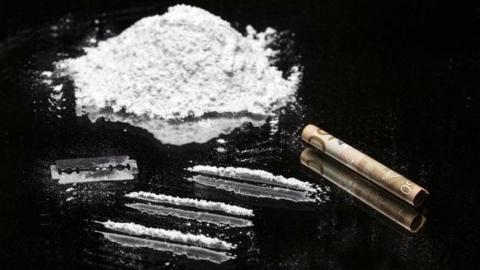 Сотрудника колонии подозревают в покупке наркотиков для заключенного