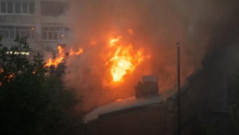 Более 20 пожарных тушили частный дом на Дзержинского