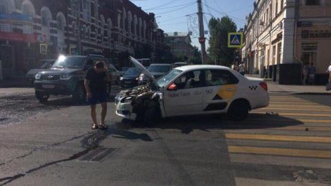 Таксист устроил массовое ДТП рядом с региональным правительством