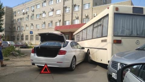 """У входа в здание СПГЭС столкнулись два """"Мерседеса"""""""