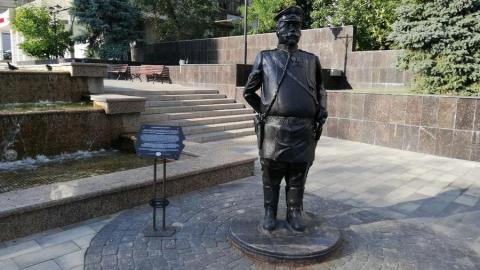 Памятник городовому в Саратове постепенно превращается в пепельницу