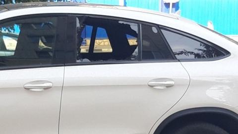 """В Заводском районе разбили стекло дорогого """"Мерседеса"""""""