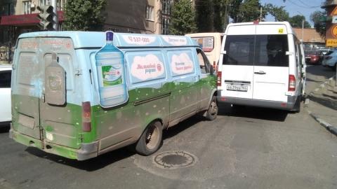 На углу улицы Чернышевского и Рабочего переулка столкнулись маршрутка и водовозка