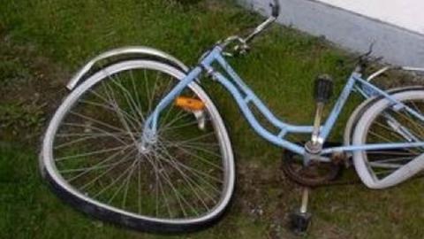15-летний велосипедист после опасного поворота попал под машину