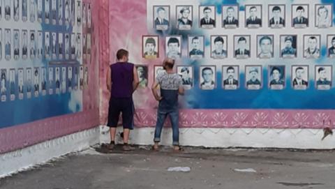 Полицейские задержали помочившихся на мемориал воинов-афганцев мужчин