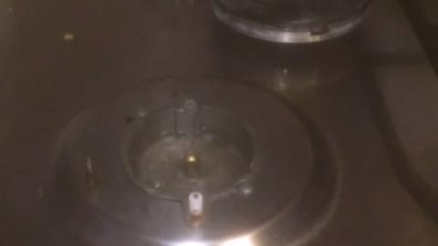 У саратовца из газовой плиты забил фонтан воды. Видео