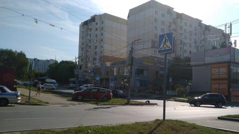 «Ситроен» оказался посреди газона после удара «Фольксвагена»