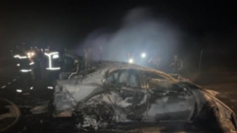 Сгоревшие в жуткой аварии на трассе машины тушили 26 человек
