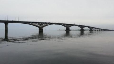 Мужчина повис на проводах на мосту Саратов-Энгельс