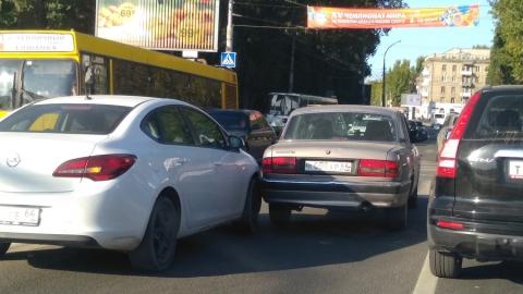 """Столкнувшиеся перед трамвайными путями """"Опель"""" и """"Волга"""" устроили пробки на двух улицах"""