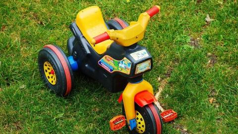 Маленького мальчика на трехколесном велосипеде час назад сбила машина