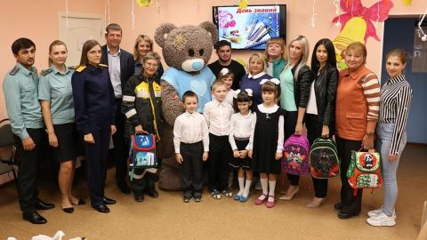 Специалисты Саратовского НПЗ подарили детям школьные принадлежности