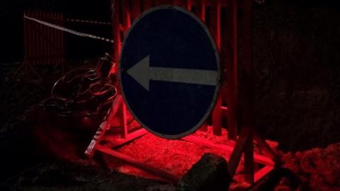 Молодой парень на мопеде врезался в ограду на месте ремонта дороги