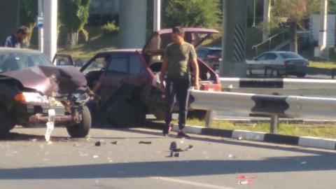 ВАЗ 2114 насадило на отбойник после страшной аварии на улице Шехурдина. Фото