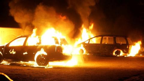 Мужчина сжег две машины у дачников