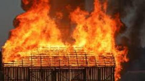 В Заводском районе Саратова выгорел двор