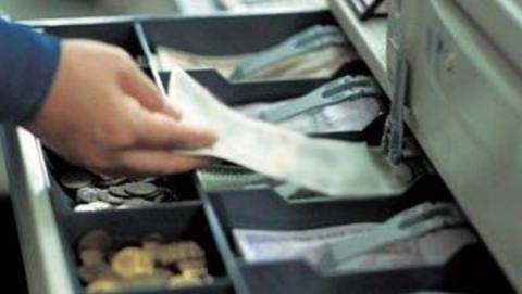 Кассира АЗС уличили в краже у хозяина заправки